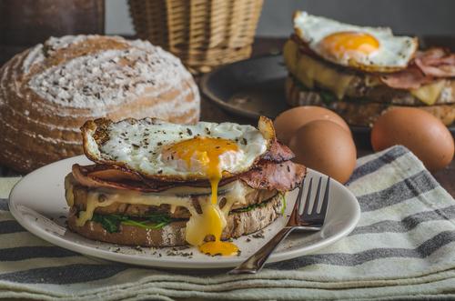 Croque Madame, tradicional sanduíche servido nos cafés