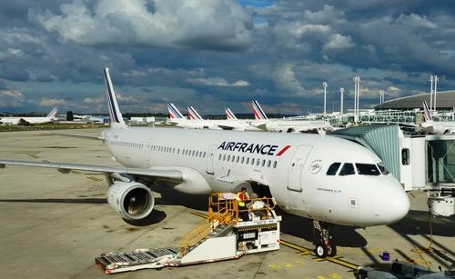 Aviões da Air France estacionados no aeroporto Charles de Gaulle, em Paris.