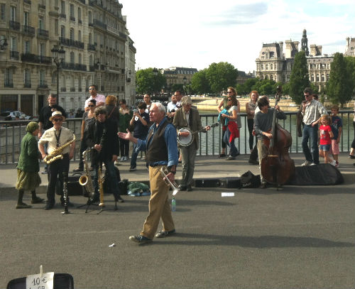 A banda The Riverboat Shufflers, em 2012, num domingo na Pont Saint Louis, em Paris