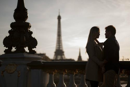 Casal de noivos na Pont Alexandre III clicados por Ana Rita Rodrigues, fotógrafa do Conexão Paris.