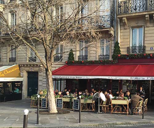 Varanda de um café de Paris, hoje