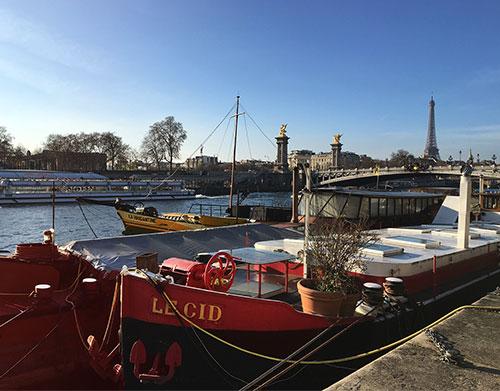 Porto de casas flutuantes no Sena