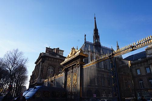 Da rua, vemos somente a parte superior da capela e seu telhado