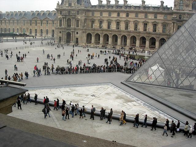 A longa fila de entrada no Louvre.