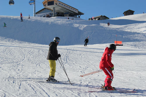 Lucas e seu instrutor de esqui