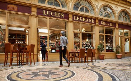 A entrada da Cave Legrand, situada dentro da lindíssa Galerie Viivienne, em Paris.