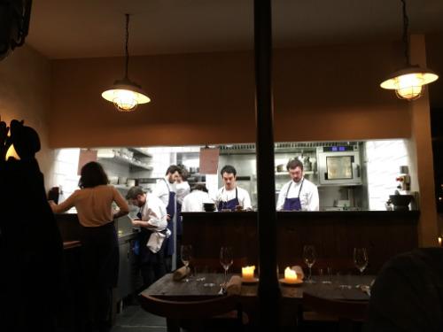 O chef Bertrand (à direita) comanda com pulso forte a cozinha do Septime, aberto sob o salão