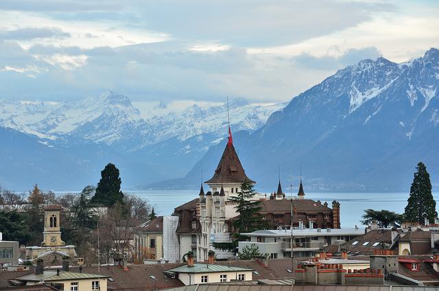 Lausanne, o lago e os Alpes. Foto de Tristan Schmurr.