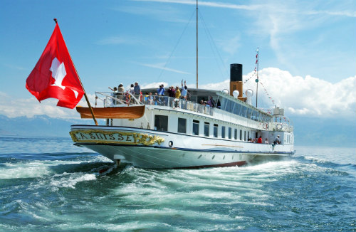 O tradicional barco da empresa CGN oferece passeios turístico assim como transporte regular entre as cidades do lago.