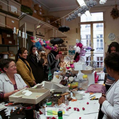 A alunas do curso Paris Style Week durante visita a ateliê que fabrica acessórios para a alta costura