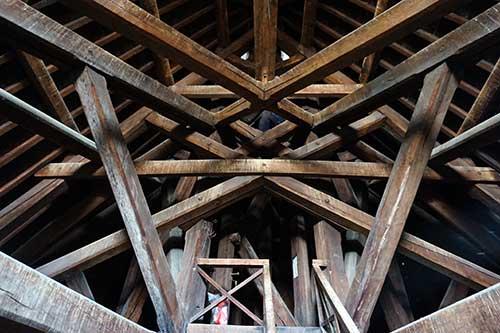 Estrutura que sustenta a flecha do telhado da Sainte Chapelle