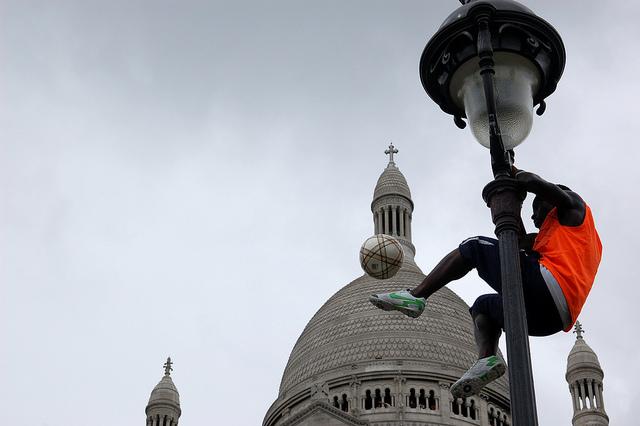 Iya Traore se apresenta em frente a igreja Sacré Coeur. Foto de Enrico Francese