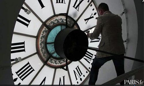 Troca de horário do relógio da Prefeitura de Paris