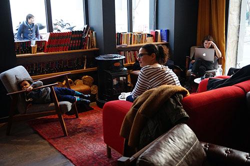 Les Piaules, cantinho biblioteca e lareira