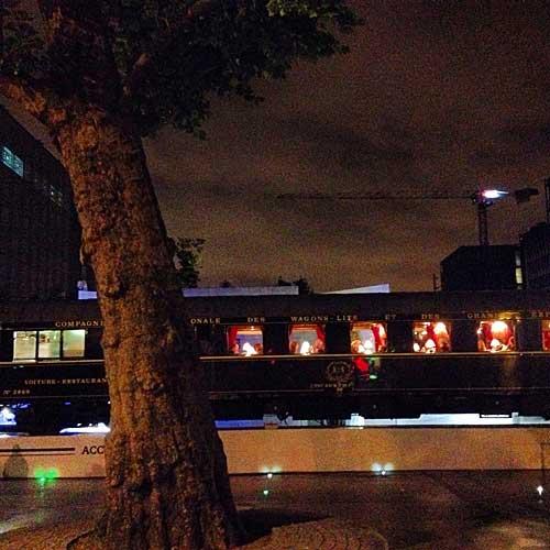 Orient Express estacionado na frente do Institut Arabe em 2014