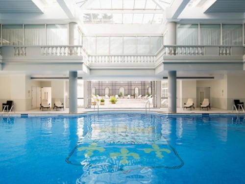 A piscina coberta e aquecida no Spa Guerlain do Trianon Palace