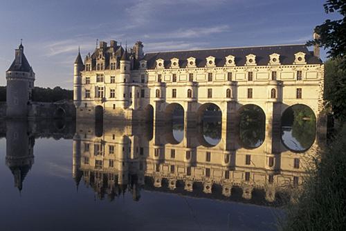 Chenonceau, construído sobre o rio Cher, é um dos castelos mais visitados da região.
