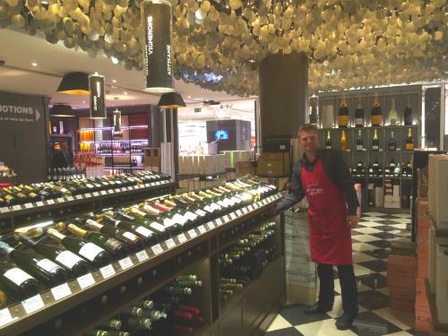 A área dedicada aos champanhes com o teto que emula as bolhas e o som que elas produzem.