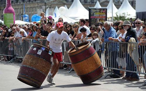 Festa do vinho de Bordeaux. Corrida de roladores de barris