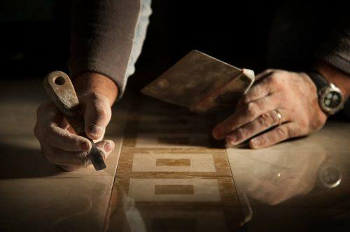 Artesãos especializados no corte de pedras