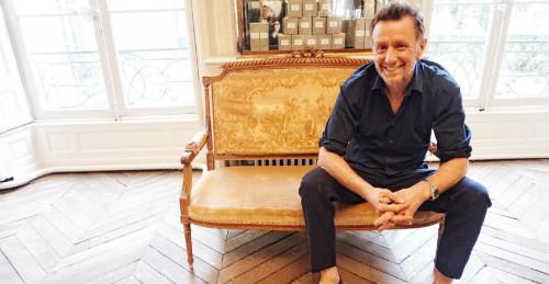 O cabelereiro David Mallet, em seu salão em Paris