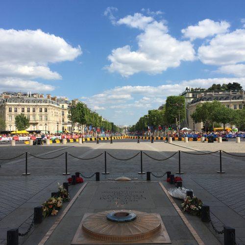 Vista da avenida Champs Élysées a partir do arco do Triunfo