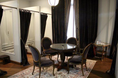 As cabines onde as clientes trocam de roupa e vestem o chique peignoir do salão.
