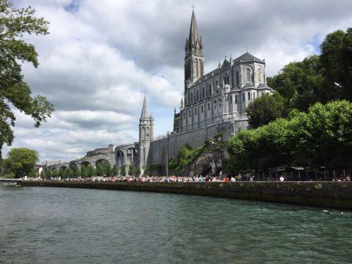 Fundo das basílicas e a Procissão Mariana ao longo do rio Gauve