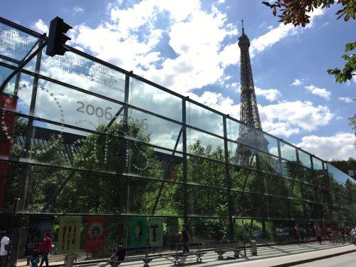 O Museu do Quai Branly e sua vizinha, a Torre Eiffel