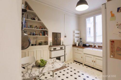 A cozinha é uma peça em destaque: equipada com fogão e forno a gás, utensílios profissionais, geladeira, congelador, forno micro-ondas, cafeteira, chaleira, torradeira e muito mais! Na cozinha há também uma charmosa mesinha de bistrô em mármore, para um delicioso café da manhã