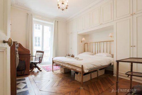 O quarto tem cama de casal master size (180x200), guarda-roupas, escrivaninha e varanda com vista para a rua.