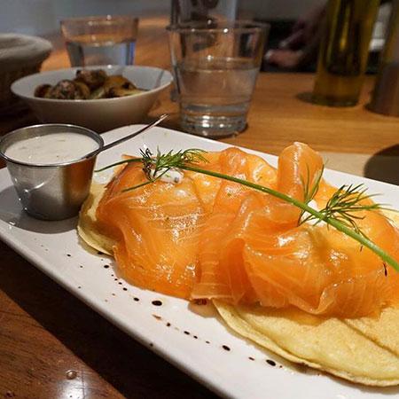 Ovos benedict nórdicos com salmão defumado