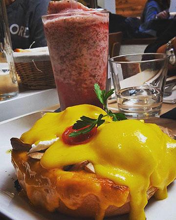 Ovos benedict com queijo cheddar