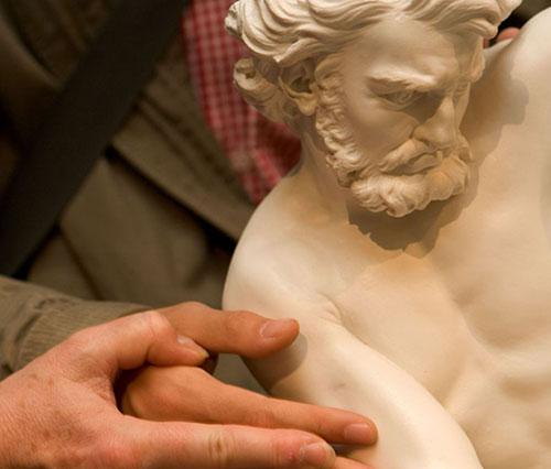 Museu do Louvre, ateliê Tocar na Escultura. Libération.fr