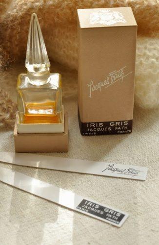 O fabuloso Iris Gris de Jaques Fath, que contém quase 50% de sua fórmula com um dos ingredientes mais caros e desejados da perfumaria, a manteiga de Iris Pálida.