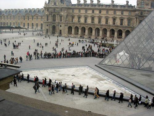 Fila para entrar no Louvre (foto: Gideon no Flickr)