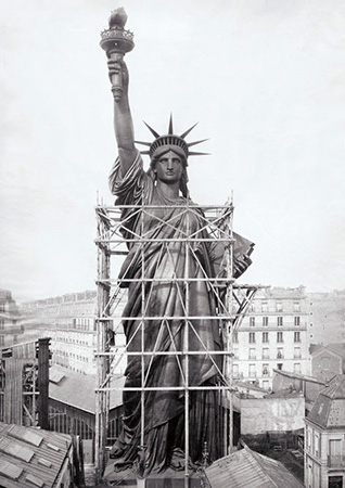 Estátua da Liberdade, montada nas ruas de Paris