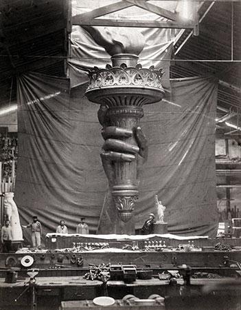 Estátua da Liberdade, mão e chama