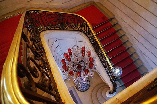 Museu Baccarat Paris. Escada principal