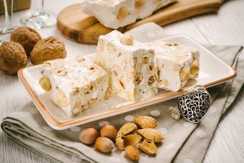 Nougats brancos, tradicionais doces servidos na ceia de Natal provençal.