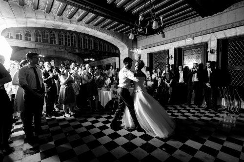 Noivos fazendo a primeira dança da noite. E a festa começa! Foto: Ana Rita Rodrigues