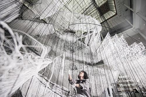 Exposição Chiharu Shiota no Bon Marché