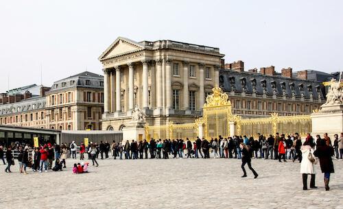 A imensa fila na entrada do Palácio de Versalhes