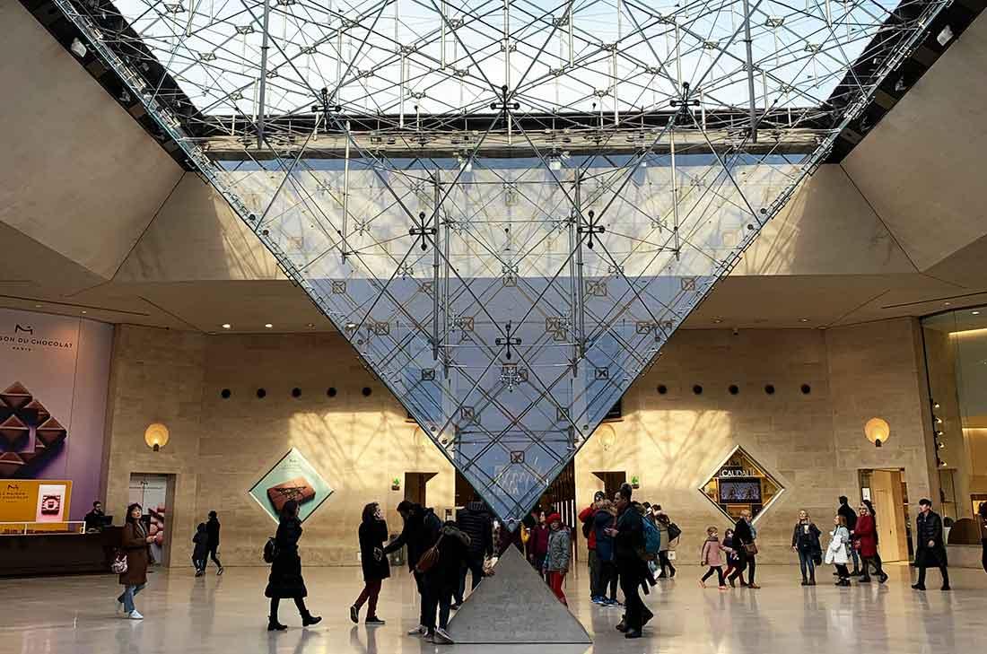 Museu do Louvre, espaço da pirâmide invertida