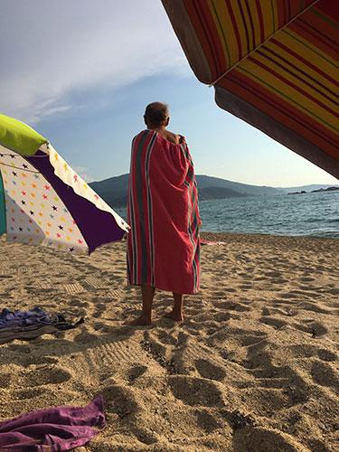 Por que os franceses frequentam a praia vestidos