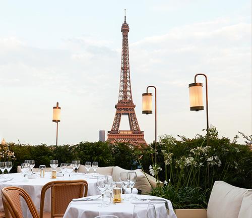 Restaurante diante da torre Eiffel