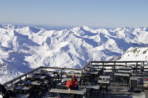 No Cume de Caron, a 3.200 metros de altitude, há um pequeno restaurante acessível também para pedestres. Comida simples, vista deslumbrante.