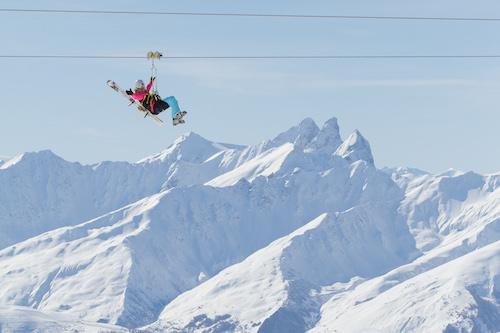 A tirolesa em Val Thorens é acessível para quem está esquiando (eles fornecem um suporte para o esqui) ou não. Foto: OT Val Thorens