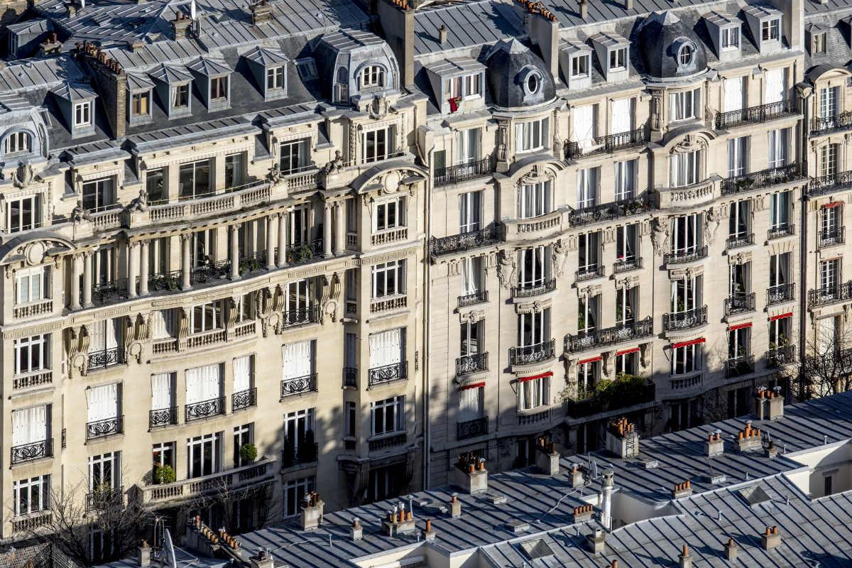 Fachadas de prédios haussmanianos em Paris.