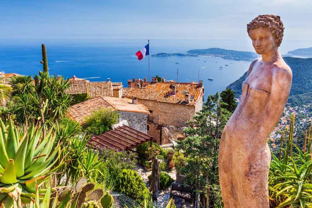 O que visitar na Côte d'Azur: o vilarejo medieval de Eze oferece uma vista imperdível do Mediterrâneo.
